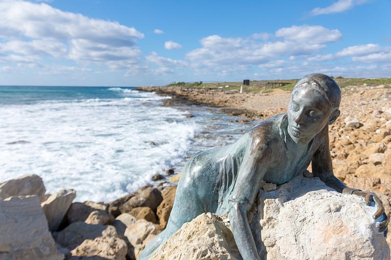 その海側には海から来た女神のような彫刻も