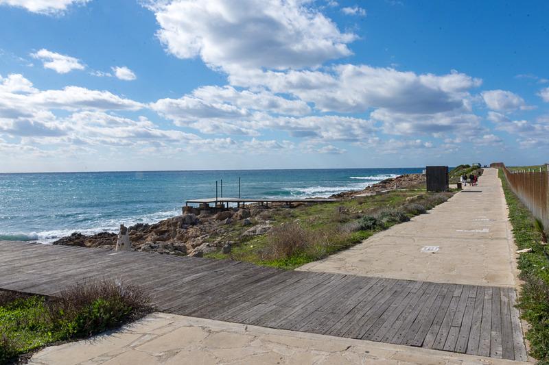 海沿いに遊歩道が延びており、天気がよければ散歩やサイクリングをするのによさそう