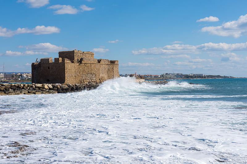 海沿いの遊歩道から見た要塞跡