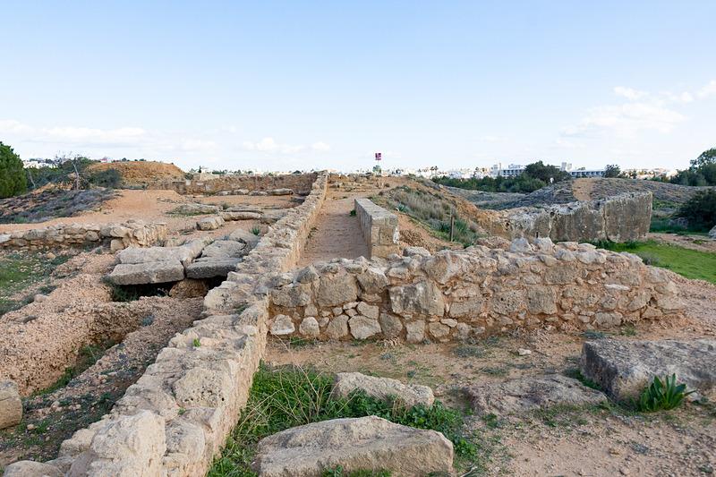 さまざまな墓。石造りで古代の建築物を見ているような気分になる