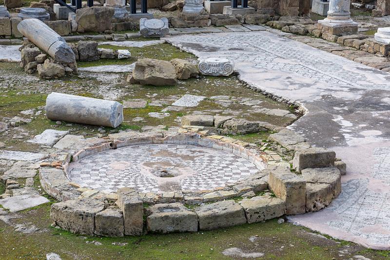 4世紀に作られたキプロス島最初期の礼拝堂跡地。野ざらしになっているが当時の柱やモザイクなどが残されており、周囲に作られた通路から観賞できる