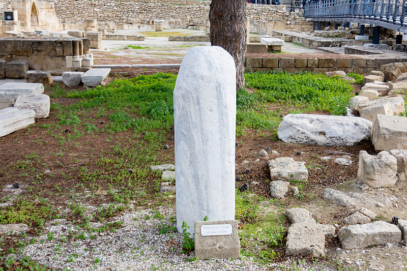 聖パウロの柱(St. Paul's Pillar)。巡礼者によってお守りとして削られ、このサイズになってしまったという