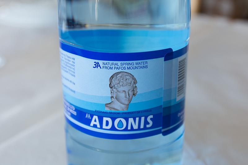 パフォスの山から汲んだというミネラルウォーター。ギリシャ神話でアフロディーテに愛されたアドニスの名が付けられている