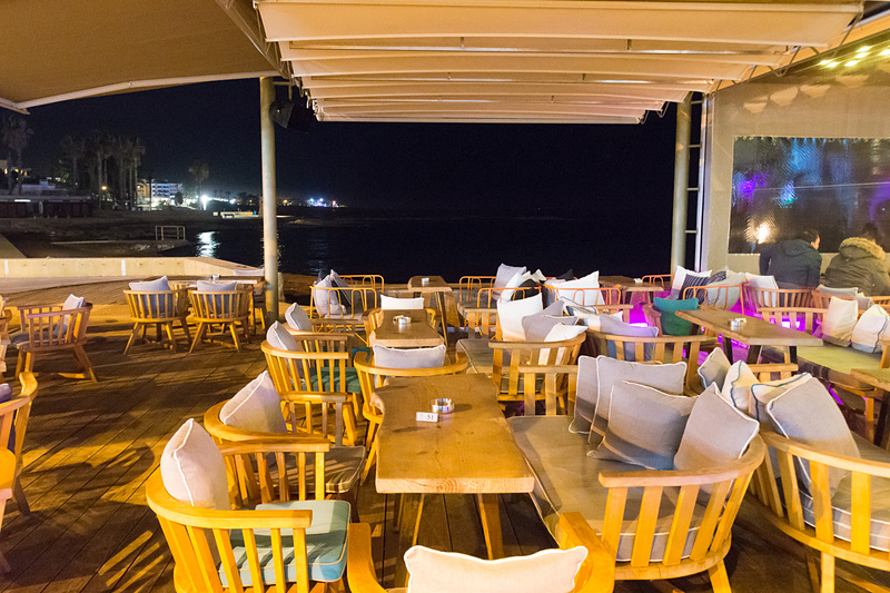 パフォスのマリーナ沿いに建つエムパニア(Ta Mbania)。夜はバーの雰囲気