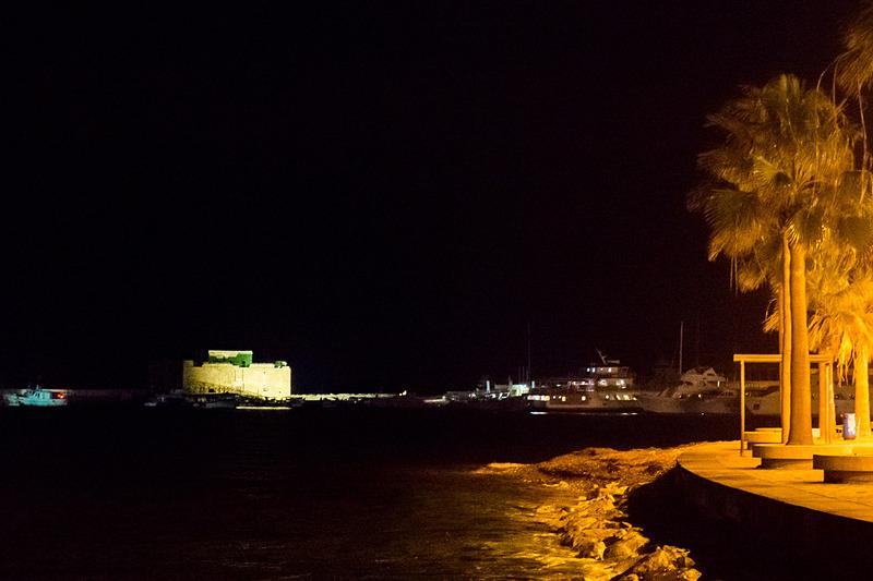 お店の外に出て少し歩くと、ライトアップされたパフォス城(要塞跡)を望める