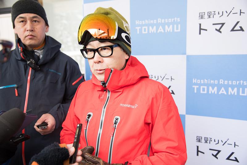 日本初のスキーインスキーアウトヴィレッジ「ホタルストリート」をオープン後、囲み取材に応える星野リゾート 代表 星野佳路氏(右)