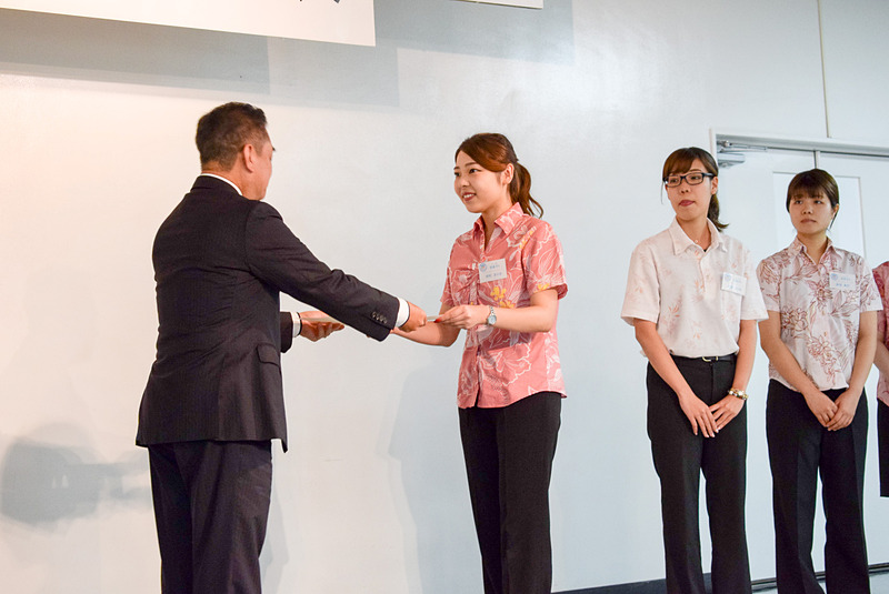 沖縄国際大学の宮森ゼミチームに賞状の授与