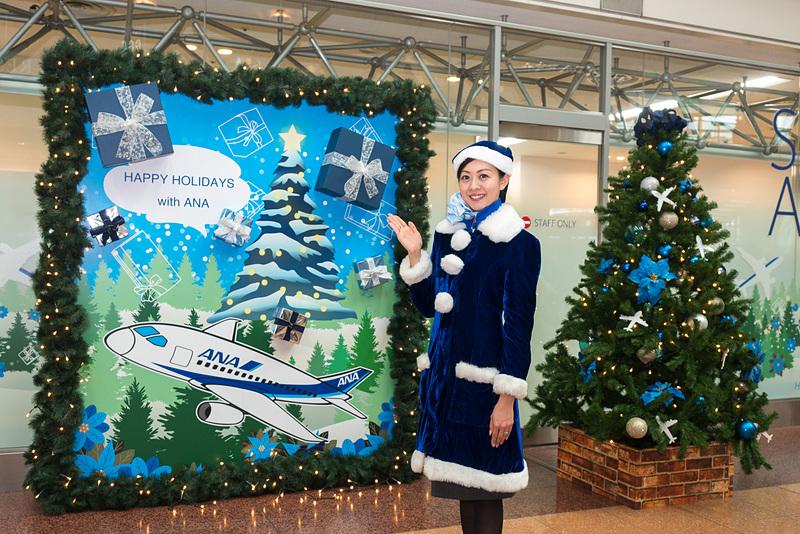 ANAが羽田空港でクリスマスを盛り上げるコスチューム着用やイベント実施