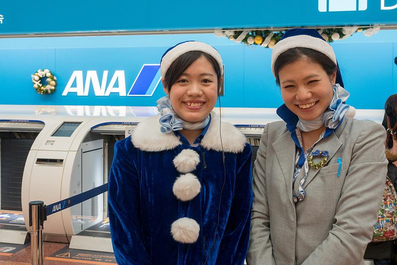 羽田空港国内線第2旅客ターミナルの出発ロビーでは、青いサンタクロースが出発客を案内