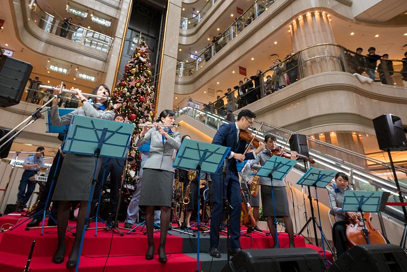 羽田空港国内線第1旅客ターミナル2階のマーケットプレイスで開かれた、「ANA Team HANEDA Orchestra」のコンサート