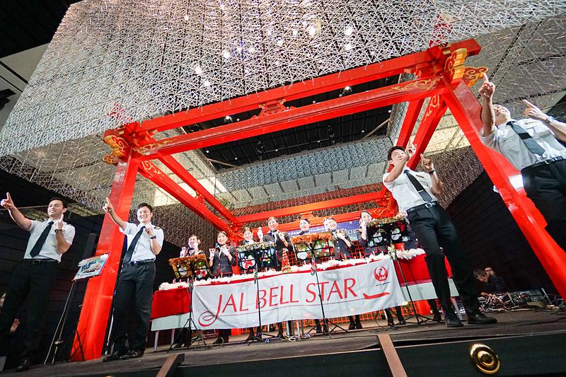 「恋」の演奏では「JAL空飛ぶ合唱団2017」の4名が「恋ダンス」を披露