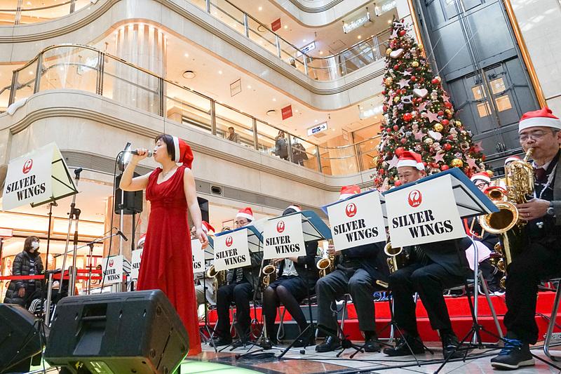 巨大なクリスマスツリー前でJAL JAZZビッグバンド「シルバーウイングス」が演奏