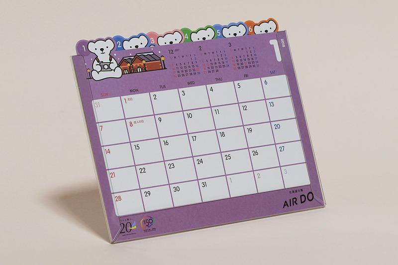 1冊500円(税別)で機内販売されている「AIR DOオリジナル2018卓上カレンダー」にも2つのロゴマークが入っている