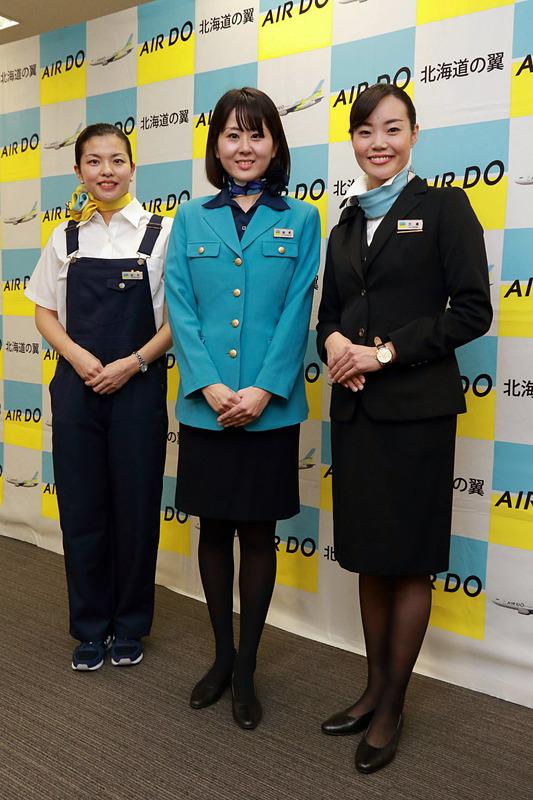 客室乗務員歴代の制服。初代(左)、2代目制服(中央)、現行(左)