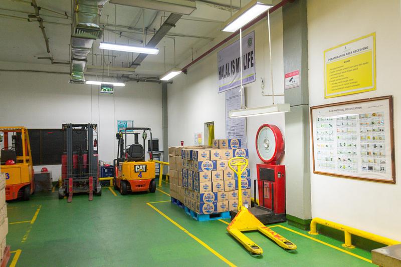 食材の倉庫には運搬用のフォークリフトなどが並んでいる