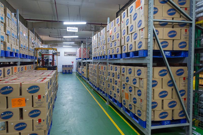 工場内の食材庫。かなり広い倉庫だったが、担当者によれば「スモールストレージ」で2~3日で使い切ってしまう量だとか