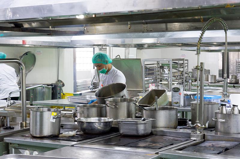 さまざまな理由でキッチンが分けられている。取材時はハラル対応キッチンにサインが掲げられているが、2018年3月には全キッチンがハラル対応となる予定