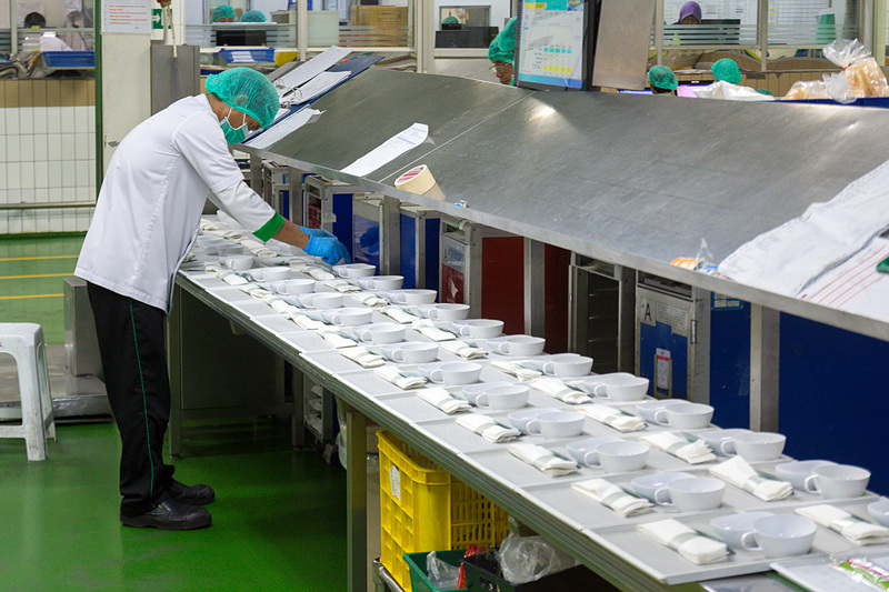 キッチンで作られた食材は、対象便やクラスに合わせてプレートやボックスに盛り付けるなどし、機内で使用するカートへ収納していく