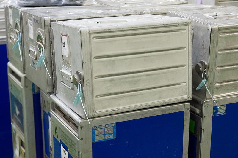 フードローダーの積み降ろしエリア。出発時刻の3時間前までに準備を終え、1台のフードローダーへは10分ほどで荷物を積み込む。管理者がチェックを終えたカートやボックスはシーリング(封印)された状態で機内へ運び込まれる