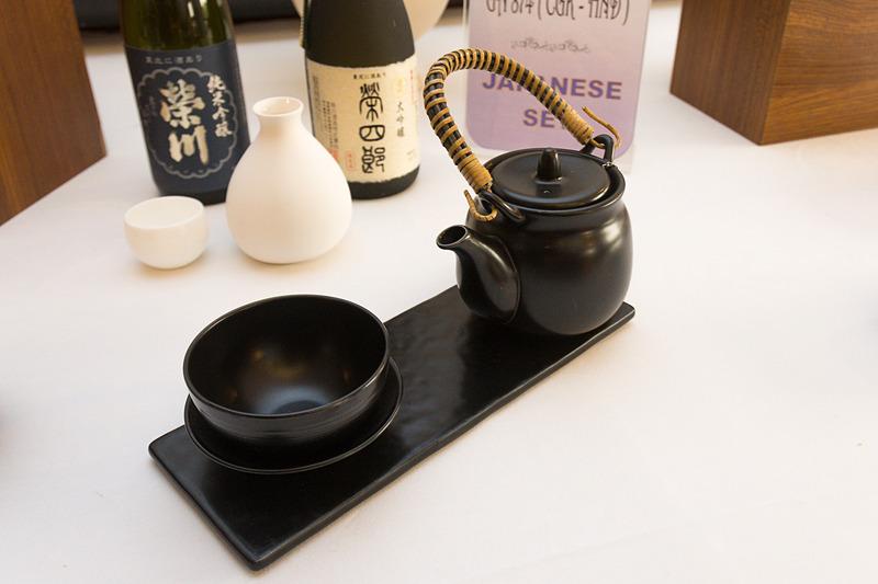 ジャカルタ発のビジネスクラス向け日本食の例。懐石風の料理に仕上げているほか、日本酒も用意している