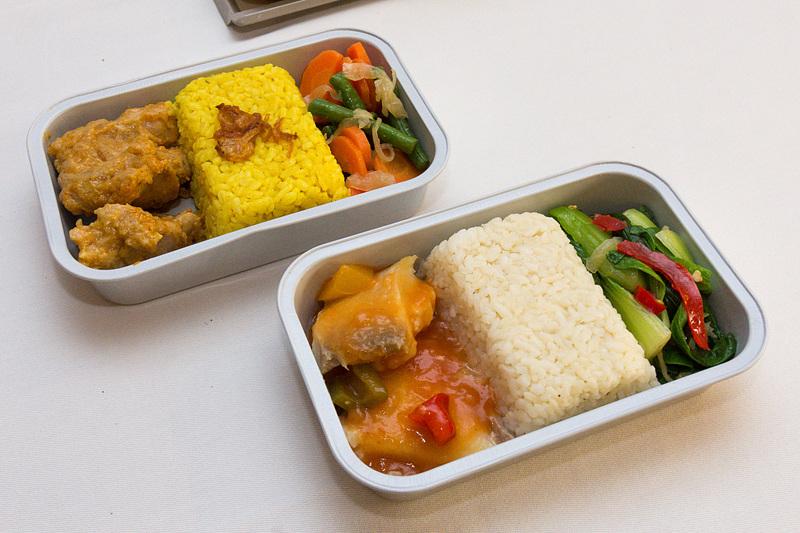 こちらはエコノミークラスのインドネシア料理