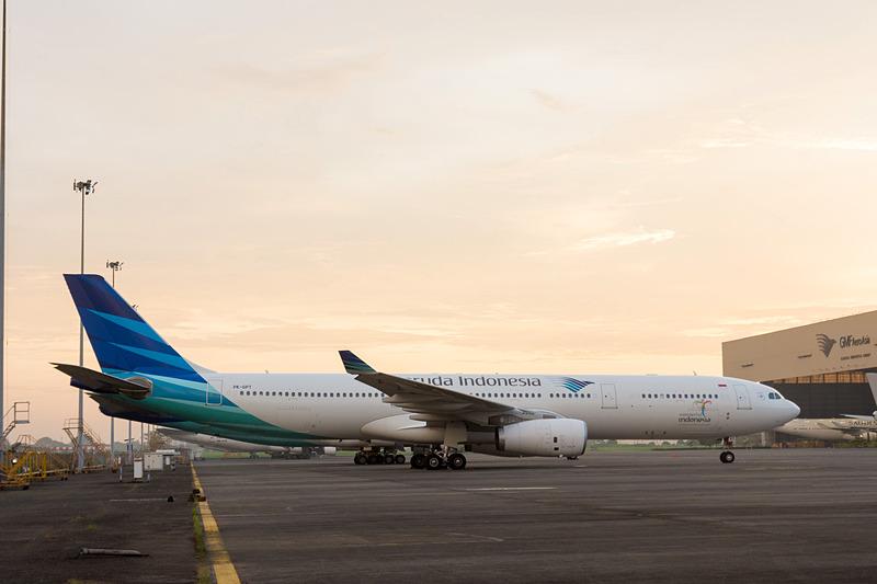格納庫周辺ではさまざまな機体が駐機されていたり、トーイングされていたりする。写真は左から2017年10月で退役したボーイング 747-400型機、関空路線で使われているエアバス A330-300型機、旧塗装のボーイング 737-800型機