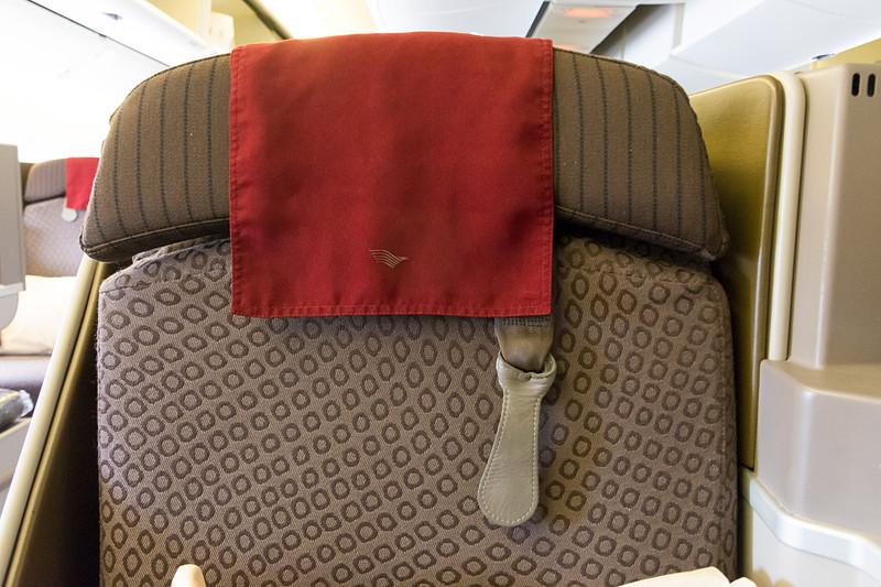 シートベルトは3点式で、ヘッドレストのところにたすき掛けできるベルトが用意されている