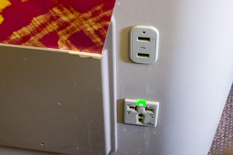 USB電源ポート2つと、110VのユニバーサルAC電源を用意