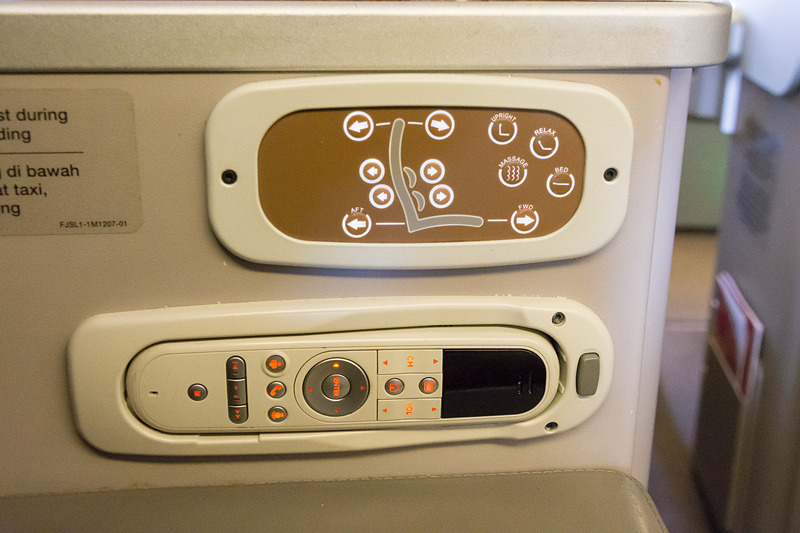 リクライニングの操作パネルと、機内エンタテイメントのコントローラはシートの脇にある