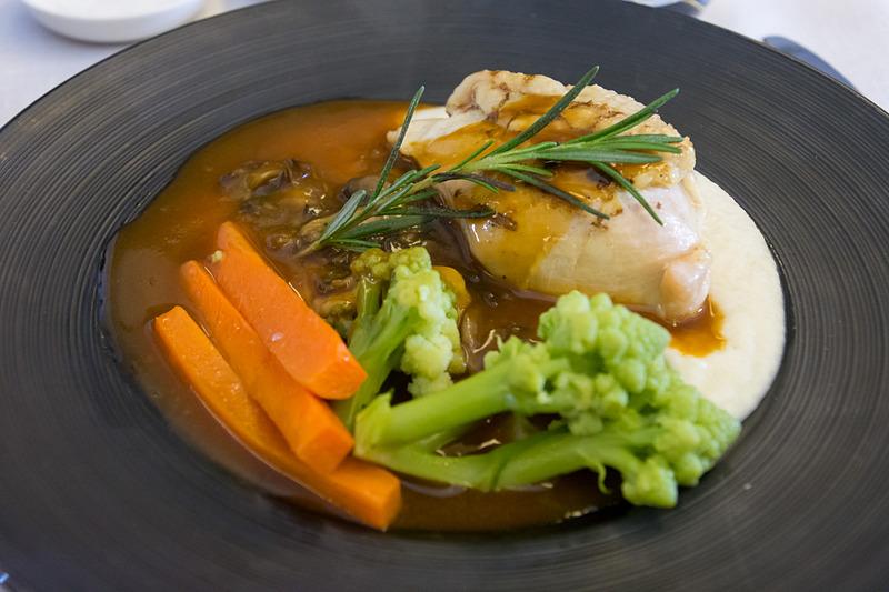 ドリンクとともにアミューズ(写真左上)が供されたあと、スープまたはオードブル、メイン、デザートまたはチーズの機内食(インドネシア&洋食の場合)が提供される