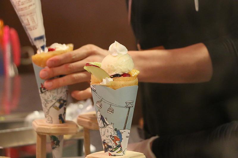 果物やアイスクリームを盛り付けて完成