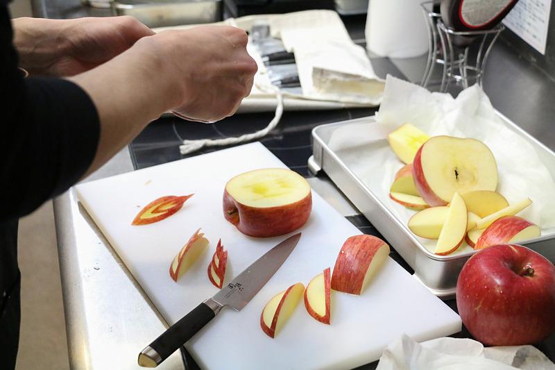クレープに入れる果物をカッティングするパティシエの安石貴則氏