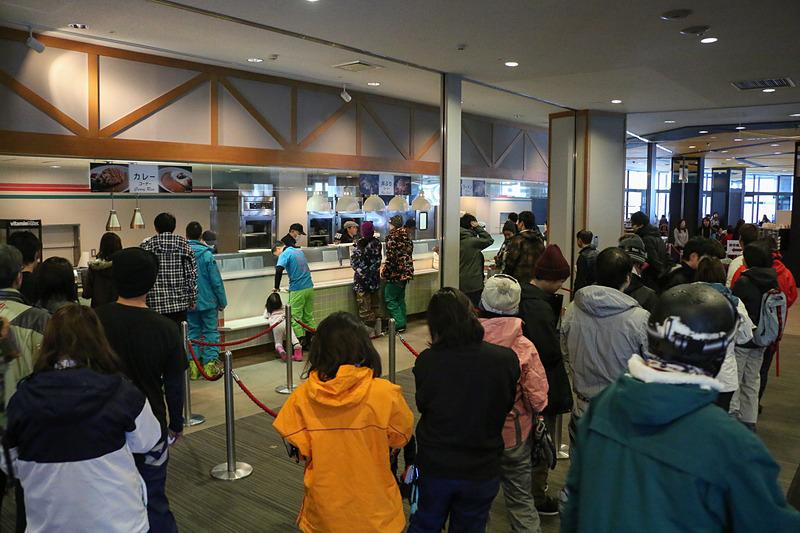 お昼時の「磐梯食堂」はスキーヤー、スノーボーダーで大盛況