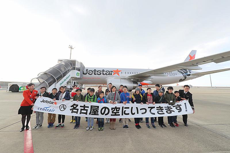 グループに分かれて機体の前で記念撮撮影