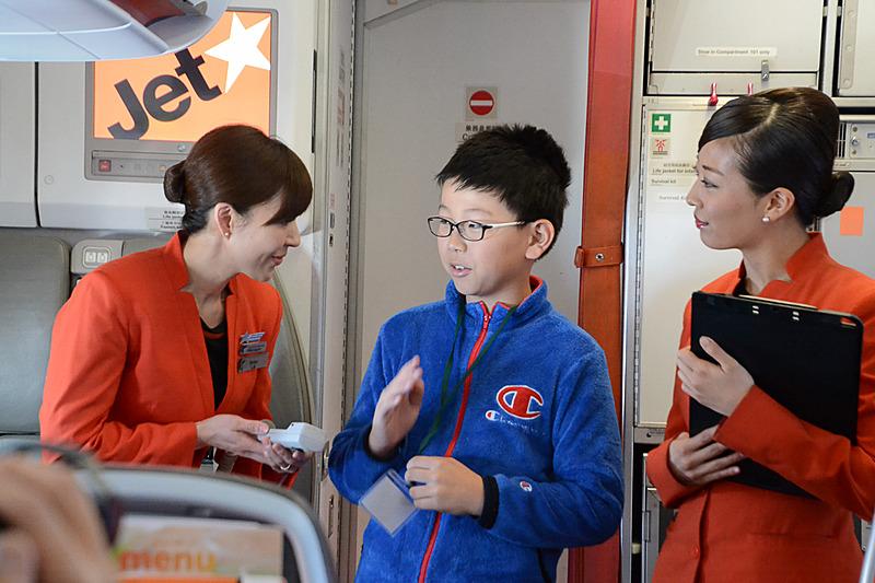 機長に質問する子供たち