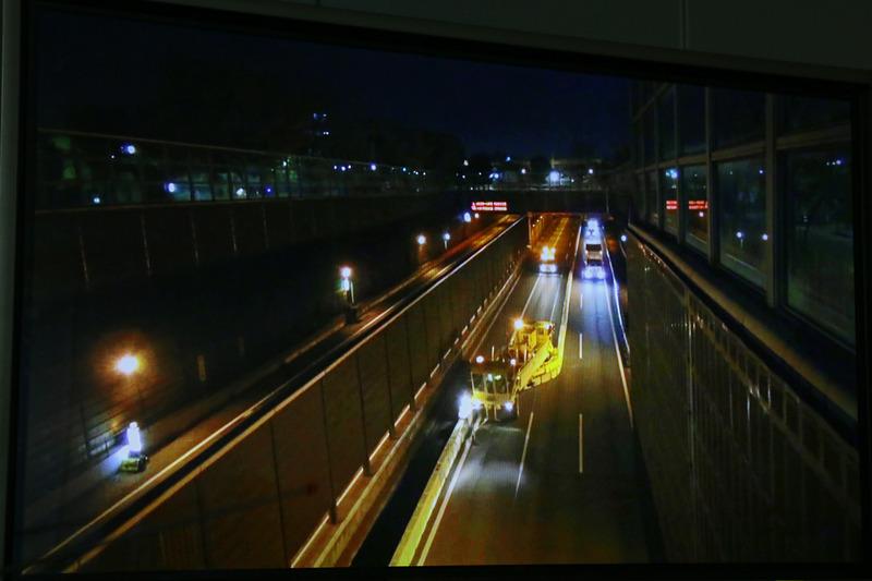 会見場ではBTMがコンクリート製の防護柵を移動させている様子が動画で紹介された