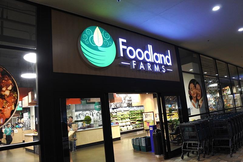 「アラモアナセンター」の西ウィング内に「Foodland FARMS」がある