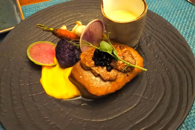 フォアグラやキャビアをメインにパンプキンマッシュで季節感もプラスした贅沢な1皿