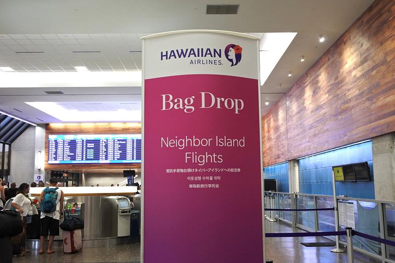 """近隣の島へ向かう利用者向けの""""Bag Drop""""でスーツケースを預け入れ"""