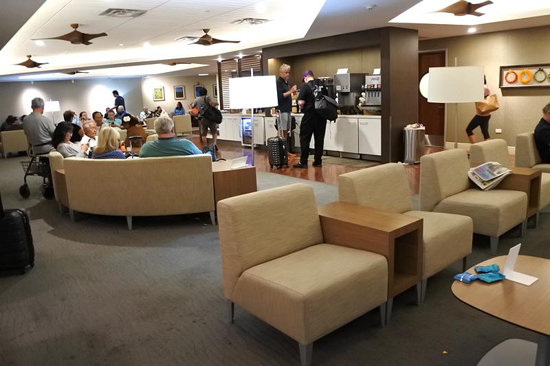大きめのソファー等が多数置かれ出発を待つ利用者で混雑していた