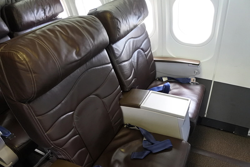8席のみのビジネスクラスを利用。革張りですっぽりと安定感抜群で座れる