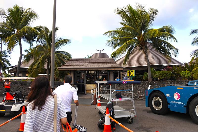 エリソン・オニヅカ・コナ国際空港に到着