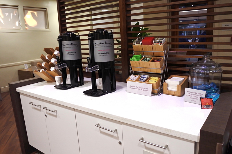 コーヒーや紅茶などのドリンクサーバーなどダニエル・K・イノウエ国際空港と同様