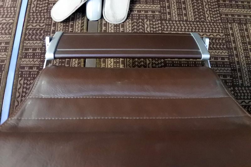足元にはフットレストがあり、シート横のスイッチで作動