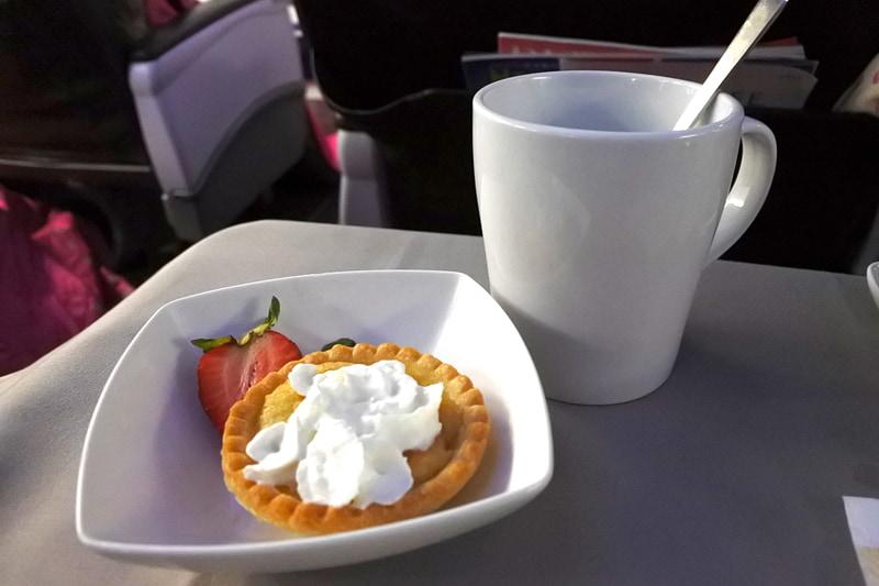デザートは「Hawaiian Pie Company」の「冷製ミニパッションペアーパイ」を緑茶で
