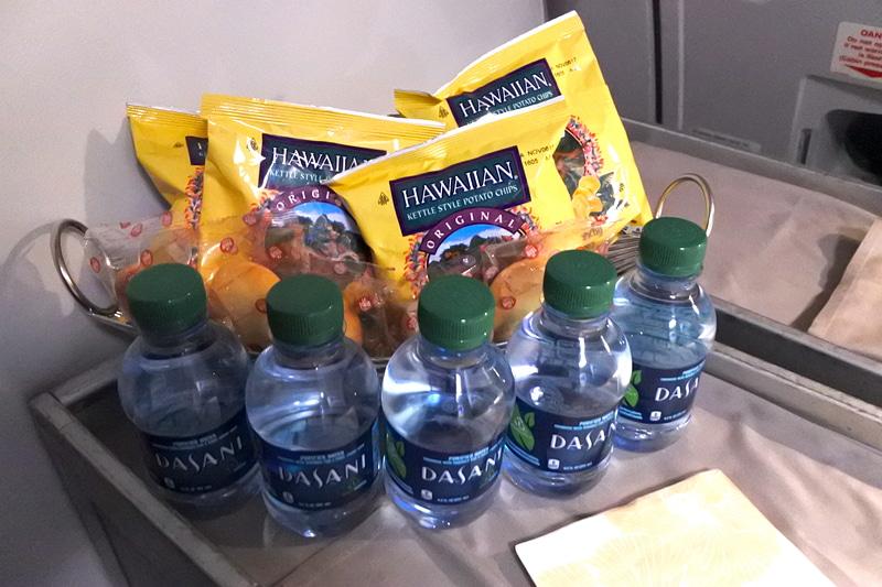 スナックはポテトチップスとクッキーなど。水はミニボトル入りで提供