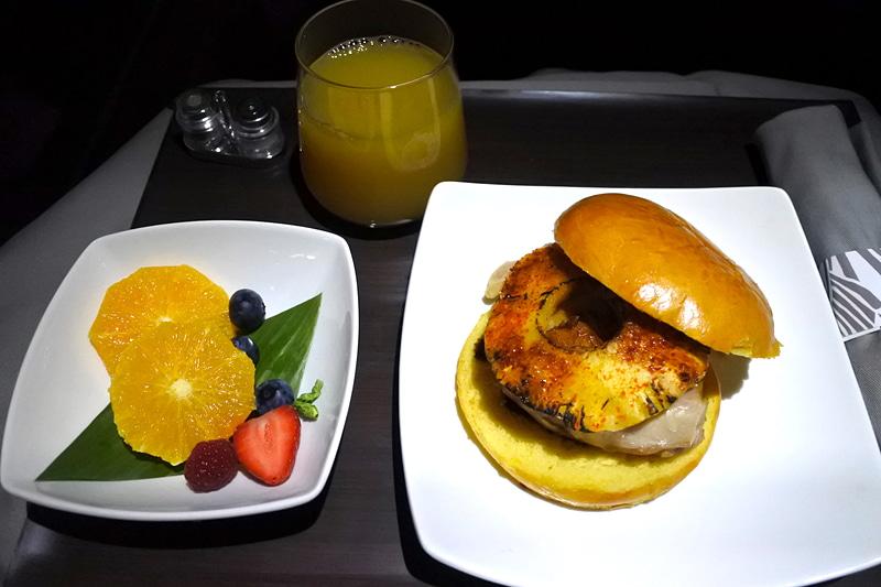 「チキンの照り焼きとパイナップルサンドイッチ」「季節のフレッシュフルーツ」