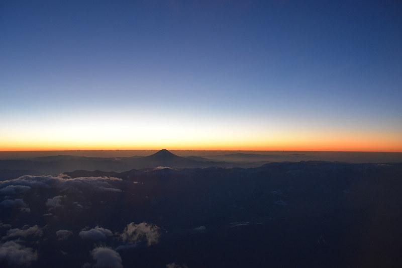 稜線が明るくなるなか、富士山の山頂がぽっこりと目立つ