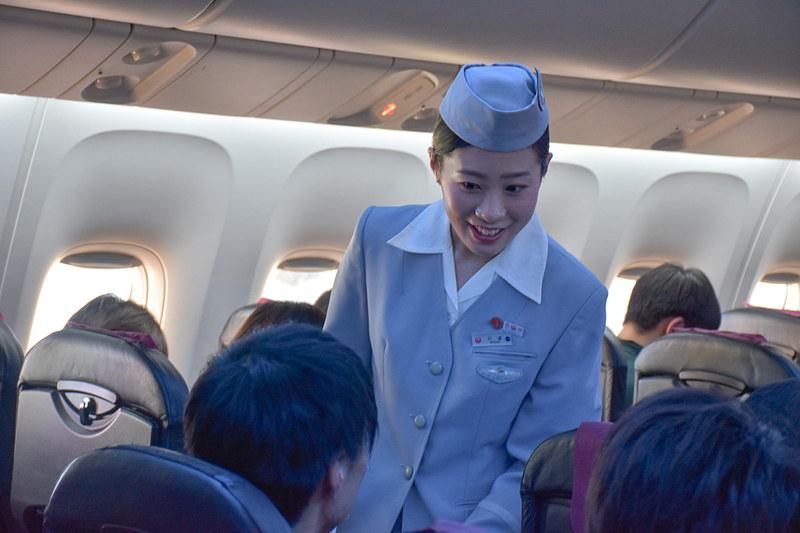 歴代制服を着用したCAがとびきりの笑顔で接客していた
