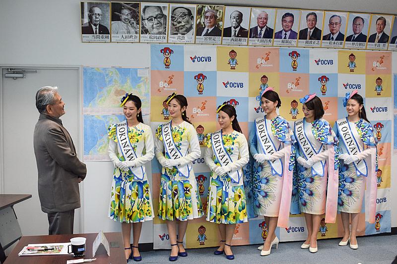 新旧ミス沖縄へメッセージを贈る平良会長